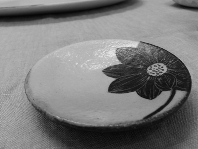大谷桃子さんの黒ハス豆皿 <br>Small plate with black lotus made by OTANI Momoko