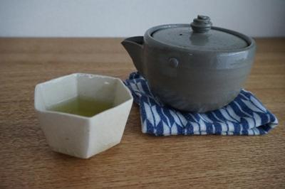 ぐい呑みでお茶を <br>Tea by a sake cup