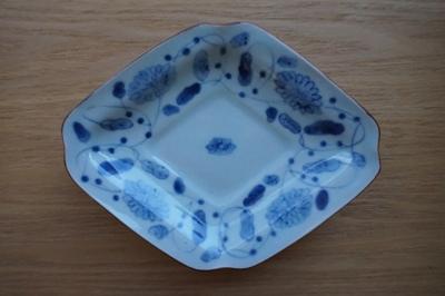 藤塚光男さんの菊唐草隅切菱形皿 <br>Diamond-shaped plate by FUJITSUKA Mitsuo